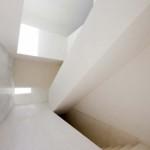 Schodiště svým efektním tvarovým řešením připomíná sochařské dílo.