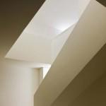 U hmoty vnitřního schodiště je efektní střídání prosvětlených a tmavých ploch.
