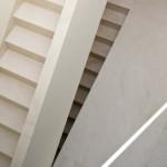 Čistota kompozice útvaru schodiště není rušena žádnými dalšími konstrukčními doplňky z jiných materiálů.