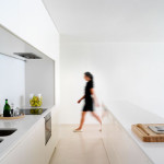 Bílá barva v interiérech domu na skále převládá.
