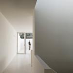 Střídmost, funkčnost a hra střídání prosvětlených a tmavých ploch prostupují celým vnitřkem domu.