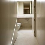 Bilá a špinavě bílá barva tvoří základní barevnost i v koupelnách domu.