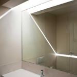Efektní průsvity stavebními štěrbinami jsou součástí kompozice interieru.