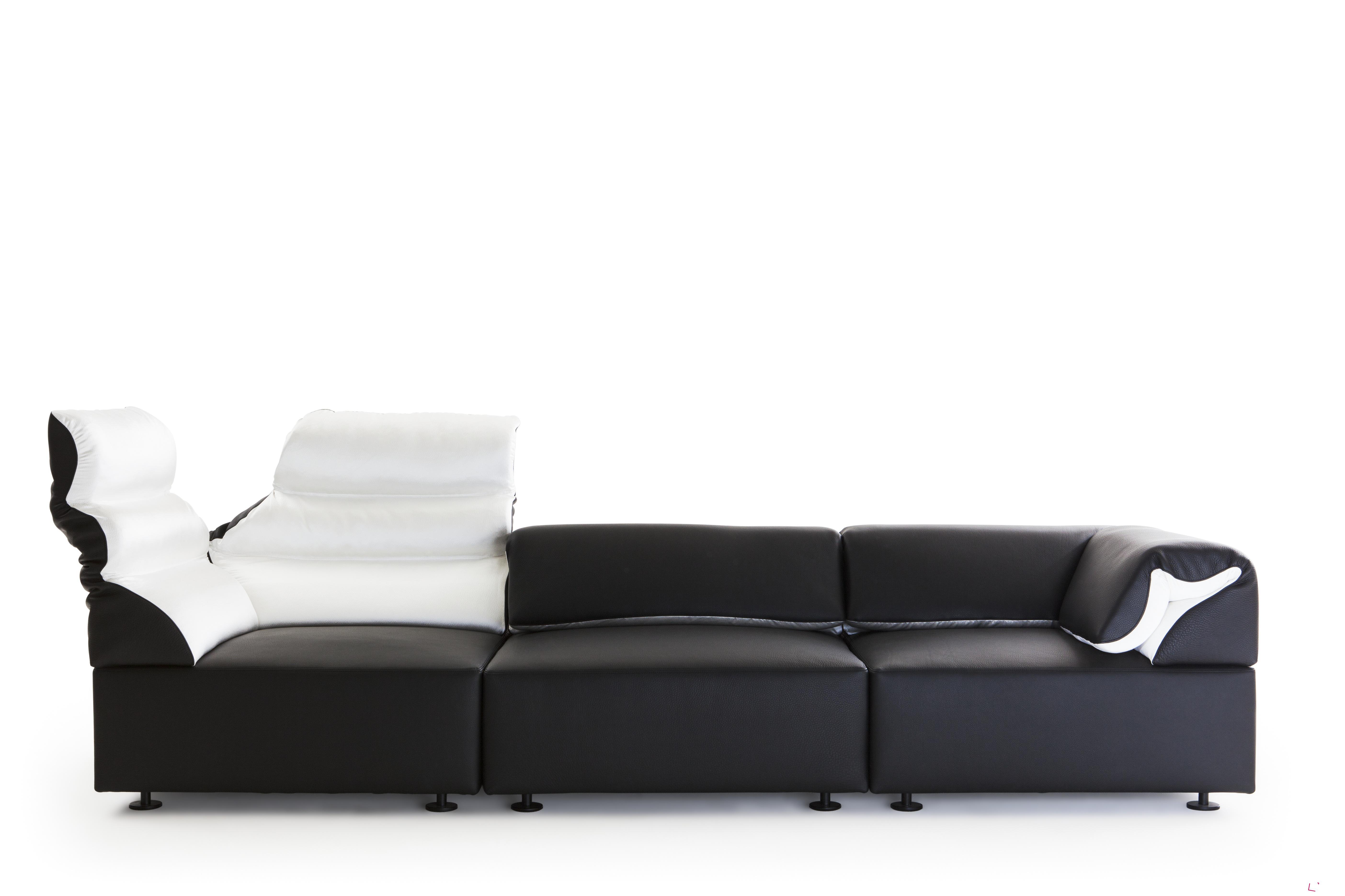 Sedací souprava Freud (design Mario Bellini), Meritalia. Zadní opěrky soupravy lze rozložením zvýšit. Opěrky lze používat v nízké i vysoké podobě.