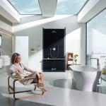 Společnost Grohe vsadila na velká okna. Koupelnový koncept zdobí řada baterií Essence, která je nejnovějším projektem designérského studia Grohe vedeného Paulem Flowersem.