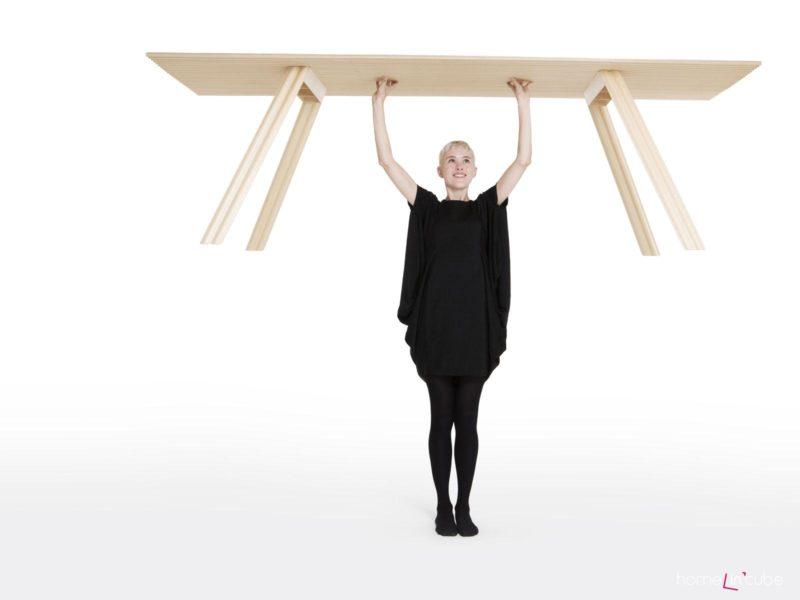 Vylehčený stůl lze snadno přemísťovat.