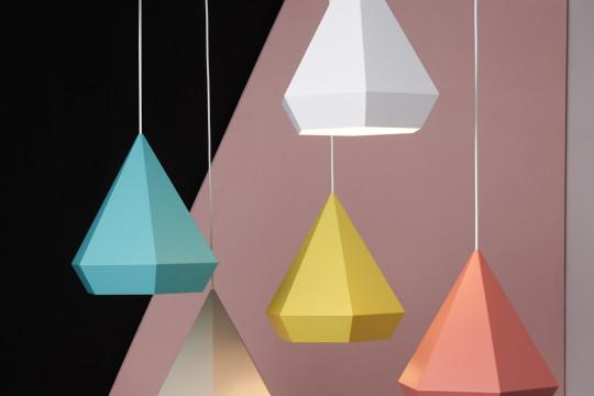 Svítidla ve tvaru krystalů. Barvy stínidel je možné volit dle barevnosti ostatního vybavení interiéru.