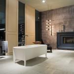 Antonio Lupi dopřál koupelnovému prostoru velkorysý krb. Vana Edonia, prodává Kozák Bath & Interior.