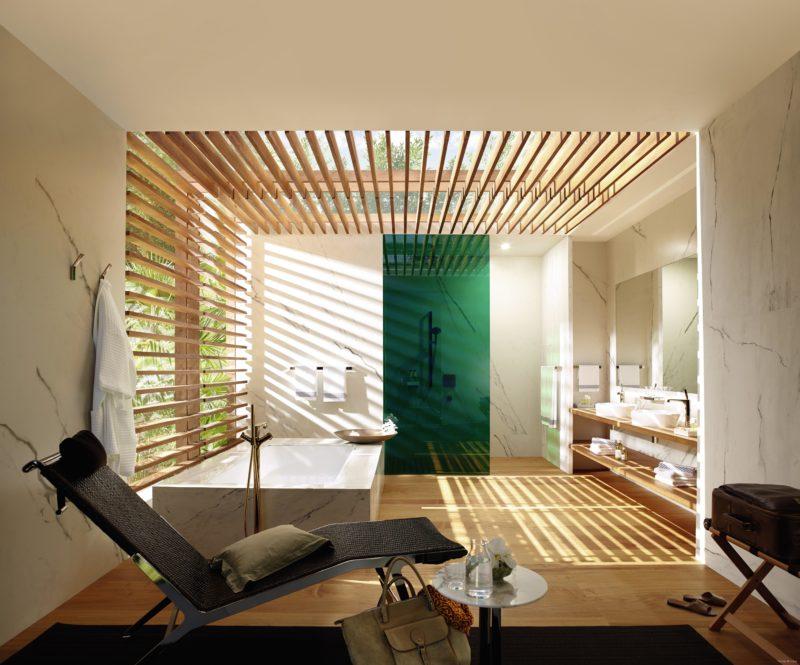 Antonio Citterio pro Axor. Designér využil denního světla, které do koupelnového prostoru vnáší díky dřevěnému roštu podmaňující atmosféru. Nechybí odpočivný chaise longue.