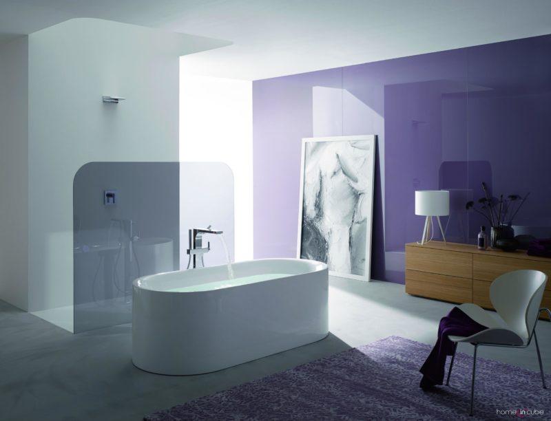 Bette zaneslo do svého koupelnového konceptu kromě elegantní volně stojící vany BetteLux Oval také prvky z běžného obývacího pokoje. Komoda, stolní lampa a koberec. Prodává Kozák Bath & Interior