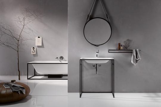 Koupelna s jednoduchými zařizovacími předměty na lehké konstrukci působí vzdušně.