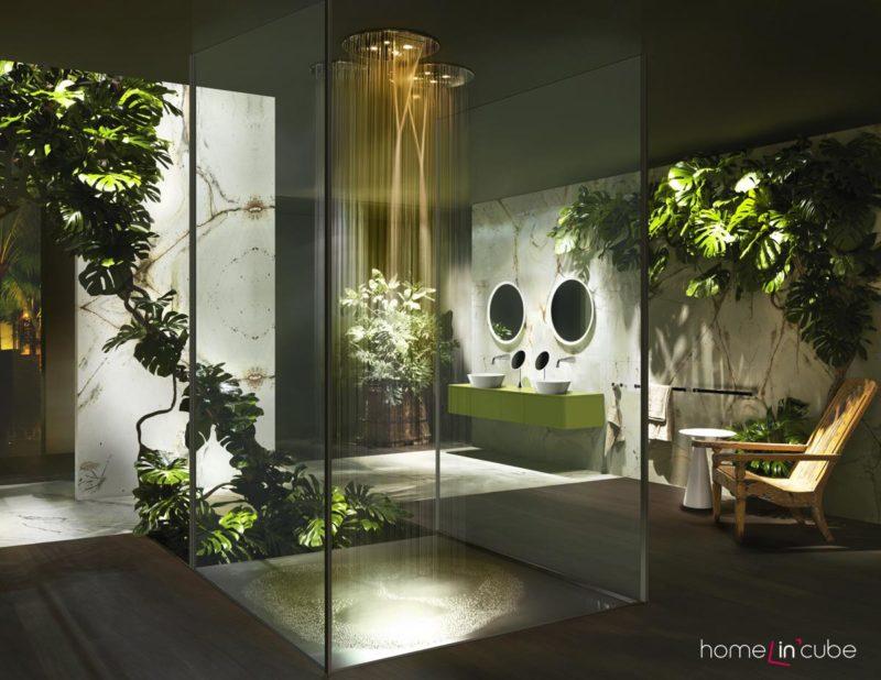 Firma Gessi proměnila koupelnový prostor v prales. Hodně květin a zelenkavý nábytek.