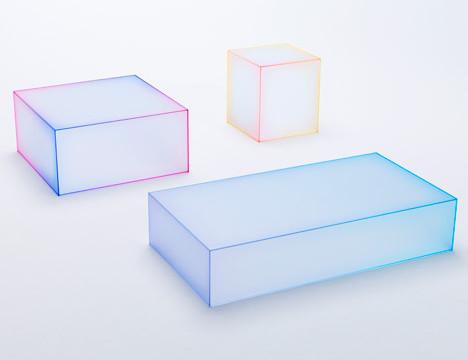 Skleněné průsvitné stolky mají barevně tónované hrany.