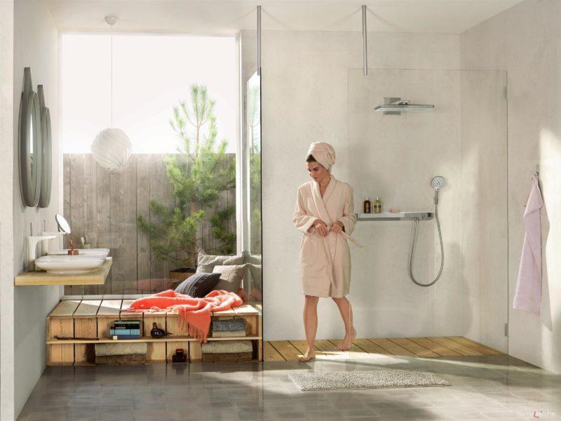 U Hansgrohe se vsází na velkou hlavovou sprchu Rainmaker Select a termostatickou baterii Tablet Select s novým tvarem, který dovoluje odložení kosmetických a hygienických potřeb. Prodává Kozák Bath & Interior