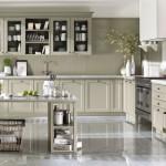 Kuchyně v odstínu slonová kost může být i v malých místnostech, které opticky prosvětlí.