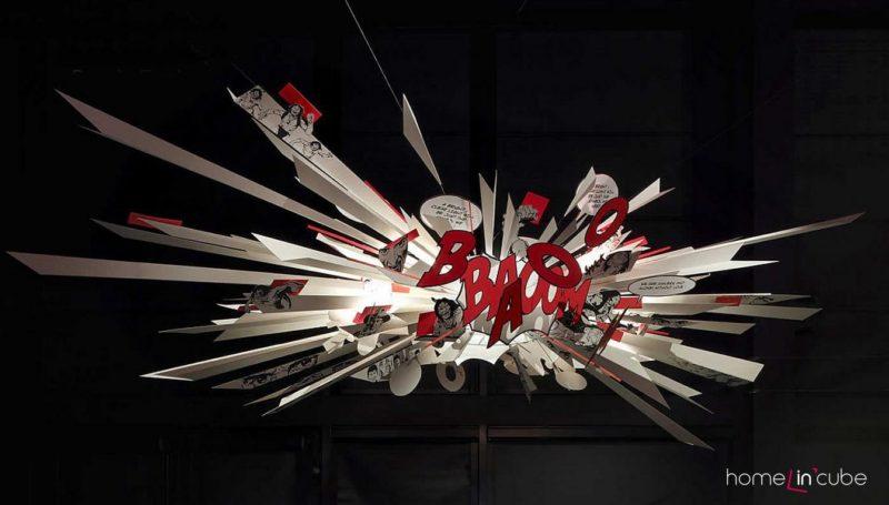 Comics explosion (Ingo Maurer), šíře 3 metry. Plast, kov.