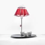 Hlavní součástí neobvyklé lampy jsou malé lahvičky s Campari.