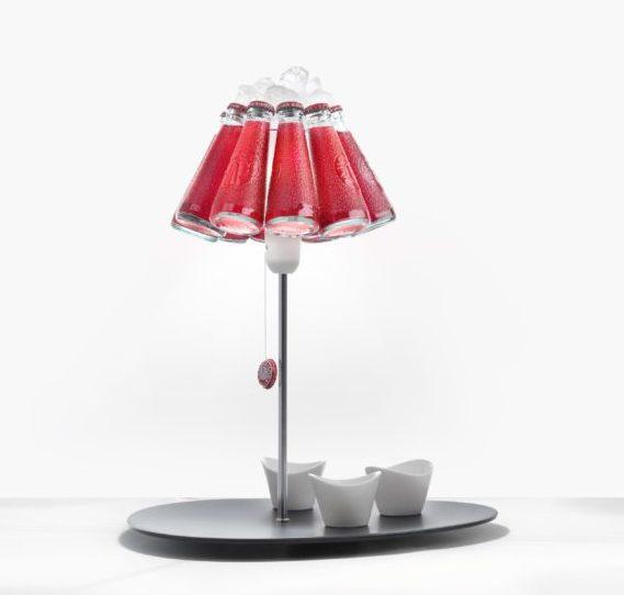 Stolní svítidlo Campari bar. Talířek je dozdoben lampu se stínítkem z lahviček s campari a sodou. Nechybí samozřejmě led.