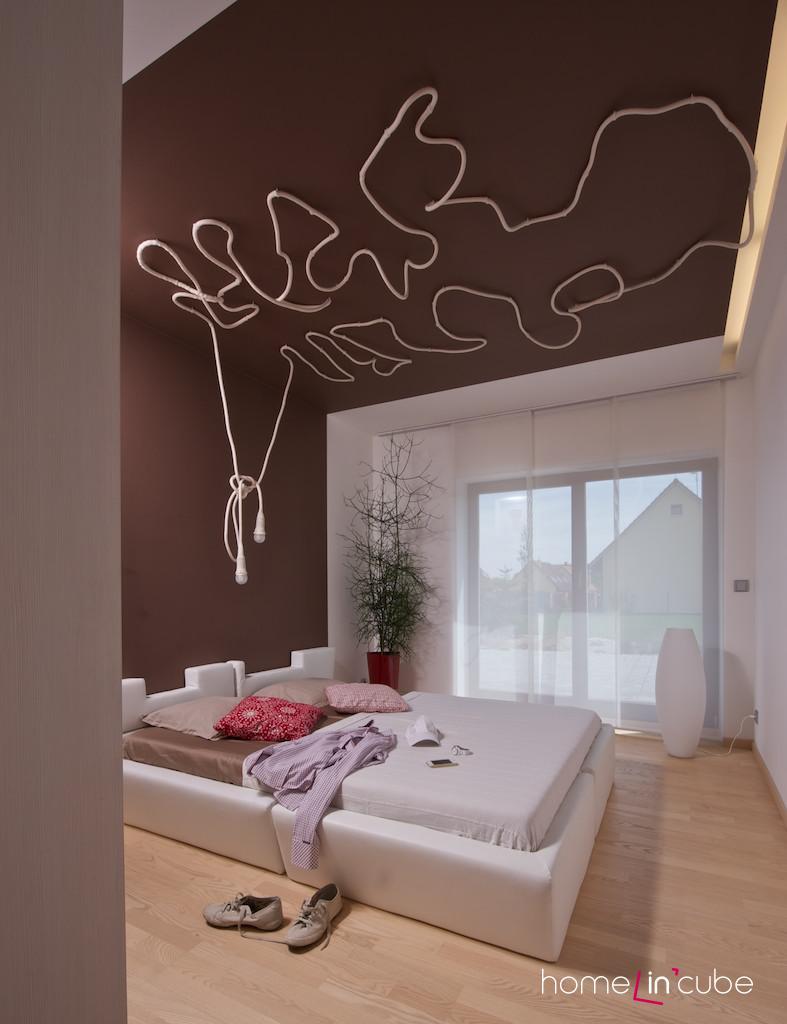 Vytvořit nezvyklý ornament na stropě je možné i z napájecího kabelu.