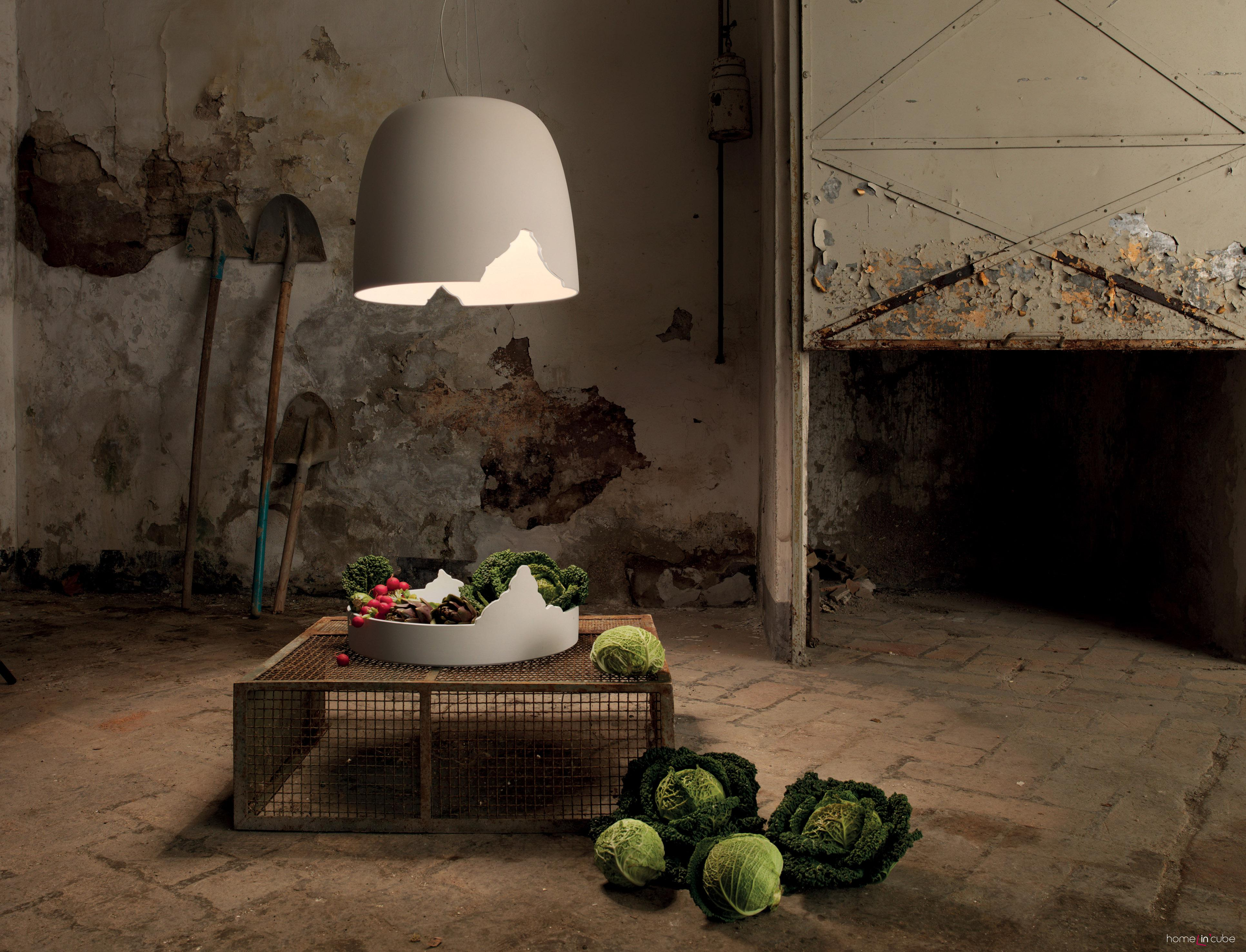 Lustr Crash (design Matteo Ugolini), keramika, průměr 48 cm, výška 40 cm, mísa má průměr 48 cm a výšku 19 cm. Karman.