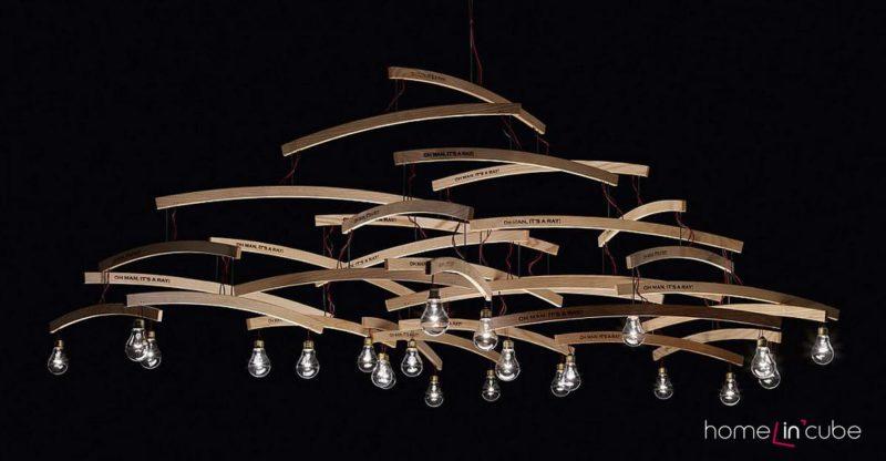 Závěsné svítidlo Oh Man, It's a Ray! není z ničeho jednoduššího než z dřevěných ramínek. Mohou být ve 4 až 6 patrech. Dřevo, kov, plast a sklo.