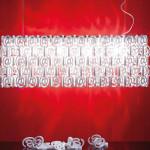 """Strukturu stínítka na závěsném svítidle vytvořil pravidelný dezén ze """"zavináču"""". Svítidlo s příznačným názvem AT pochází z dílny Studio Italia design."""