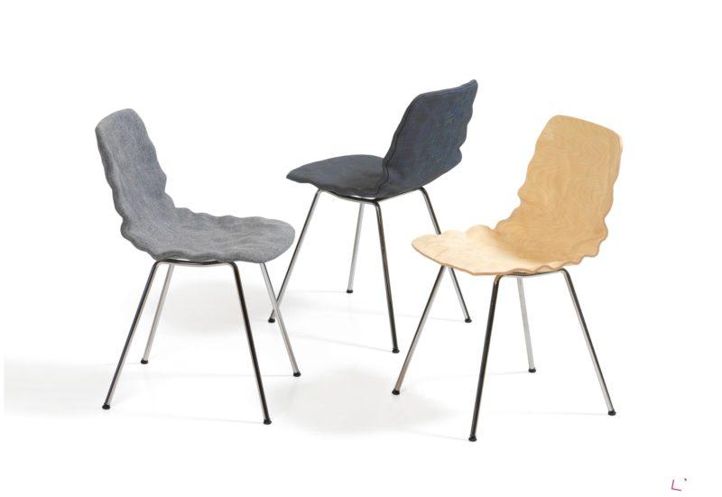 Zvlněné židle s barevnými potahy