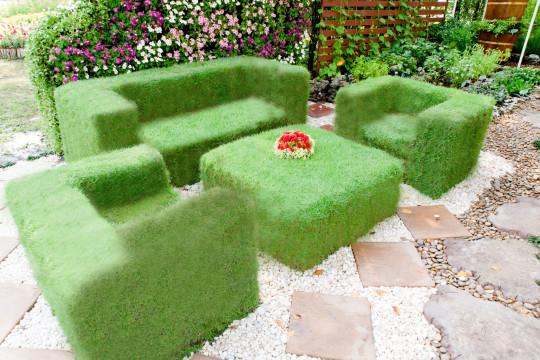 Kout pro posezení lze od ostatní části zahrady oddělit konstrukcí s popínavými kvetoucími letničkami.