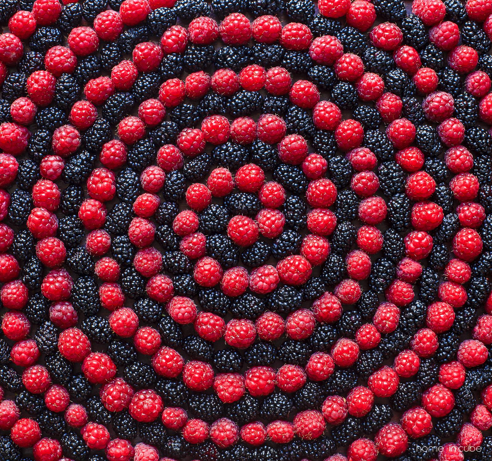 Barevné uspořádání šťavnatého ovoce je lákavé jak pro oči, tak také pro chuť.