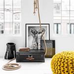 Závěsnou lampu Flax five light (design Christien Meindertsma) tvoří pět desetimetrových provazů se žárovkou.
