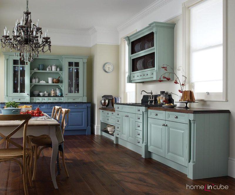 Kombinace zdánlivě neharmonických barev na nábytku může působit na ozvláštnění prostředí.