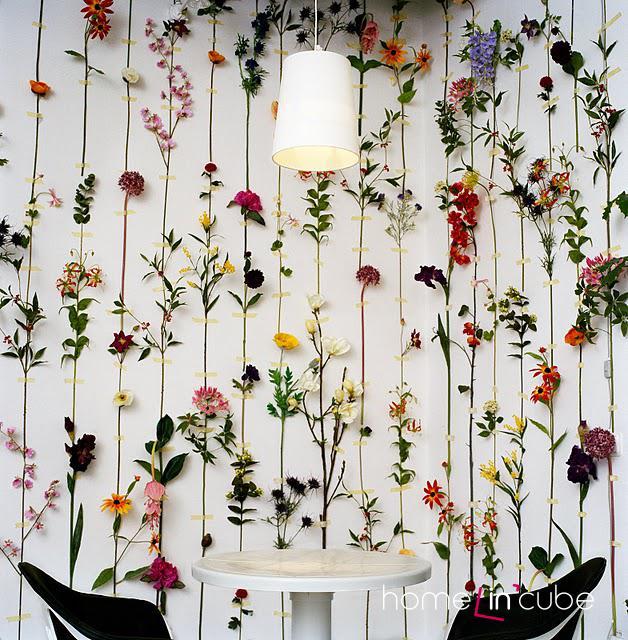 Z umělých květin, na sebe navazujících, lze vytvořit na stěnu nevšední plošnou dekoraci.
