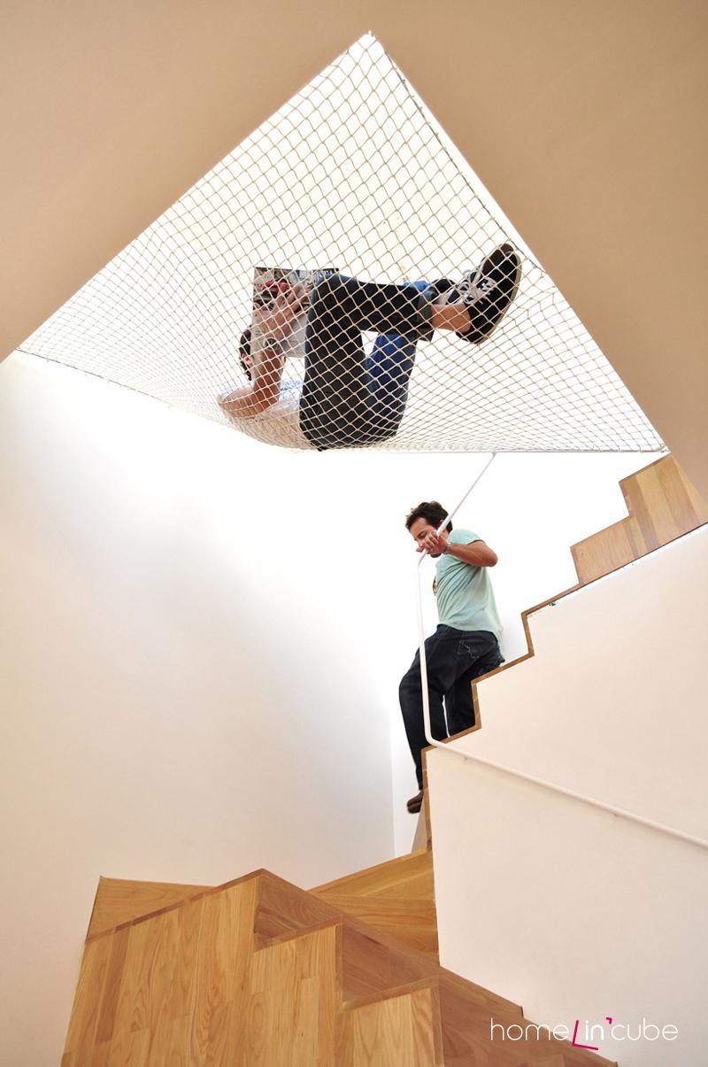 Síť umístěná nad schodiště slouží pro neobvyklou a akční relaxaci.