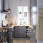 Účelná sestava ze systému skříněk dokáže v malé kuchyni využít každý centimetr podlahové plochy i stěn.