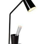 Jednoduchý funkční design stolní lampičky s kelímkem na tužky na stojánku.