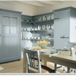 Řešení kuchyně s uzavřenými skříněmi vychází z tradice lidové venkovské architektury.