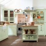 Útulnost kuchyně je podpořena nejen charakterem rustikálních skříněk, ale také volbou barvy jejich povrchů.