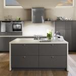 Účelnost, jednoduchost a kontrast tmavě šedé a bíle jsou nositeli elegance řešení.