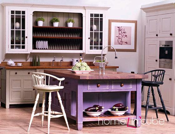 Malebnost kuchyniě můžeme zajistit užitím jednotlivého kontrastního barevného mobiliáře.