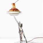 Stolní svítidlo Veramente al Dente. Porcelánové talíře, nerez příbory a plast. Průměr 27 cm, výška 73 cm. LED diody jsou integrovány do dna talíře.