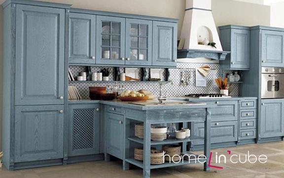 Kuchyň se skříňkami v odstínu studené modré je vhodné rozjasnit užitím kontrastních barev na ostatním mobiliáři či stěnách nebo doplňcích..