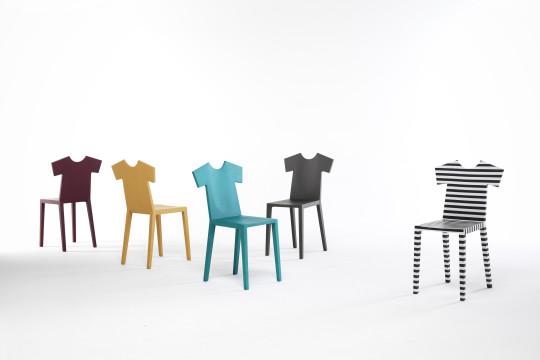 T-chair je všeříkající název pro židli designérky Annebeth Philips. Zádová opěrka napodobující tričko je zábavným prvkem a v kombinaci s barvami a dekory se tento prvek stává nepostradatelným v mnoha domácnostech. Rozměr 39 x 38 x 97 cm, Mogg.