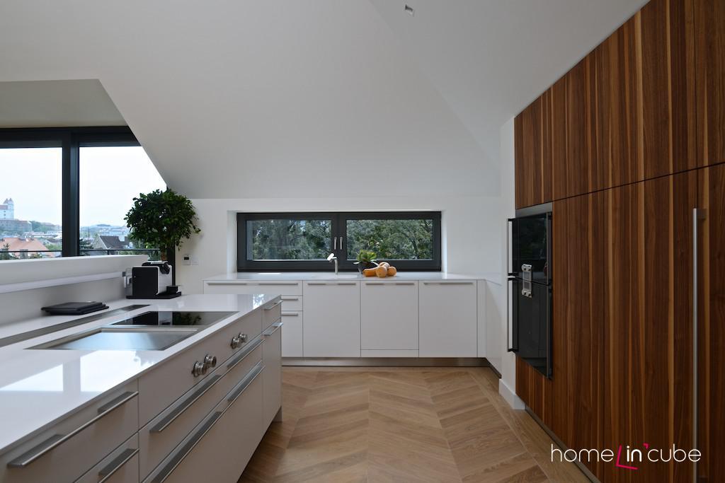 V kuchyni nejsou horní skříňky. Úložné prostory jsou zabudované. Sestava tak působí subtilně.