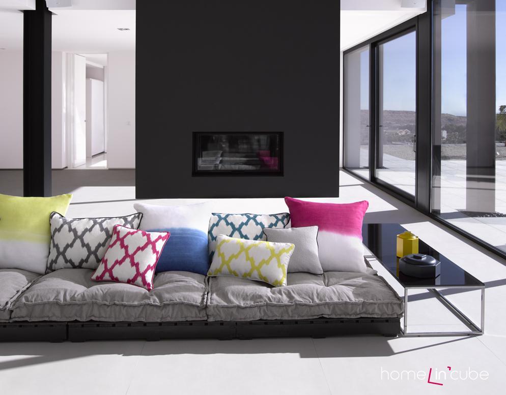 Stačí několik barevných polštářků a uvidíte, jak se váš domov promění k lepšímu. Alhambra