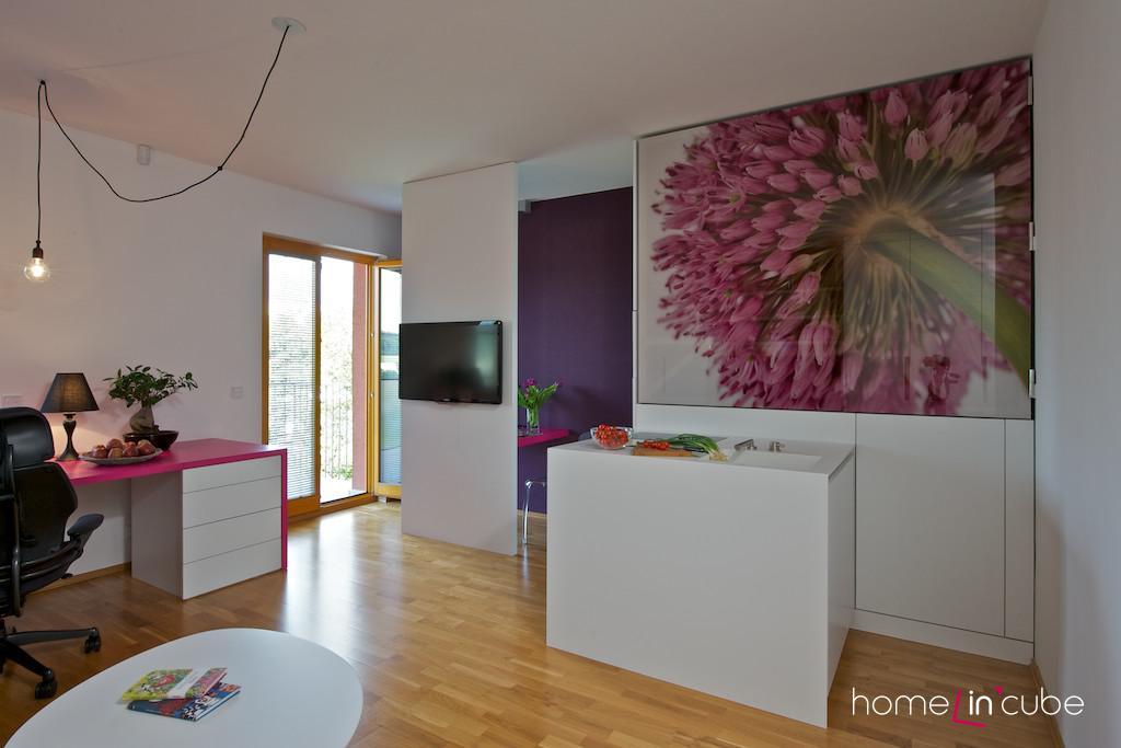 Barevnost fotografie na dvířkách kuchyně byla záměrně vybrána s ohledem na základní barevnou kombinaci fialová-růžová.