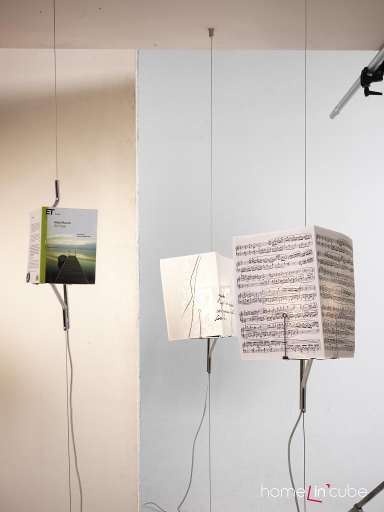Bylo nebylo světlo... je název stojací lampy, která je součástí ocelového lanka. To je nutné přichytit k zemi i ke stropu. List papíru pak uchytíme jako stínítko.Magini Design Studio, Mogg.