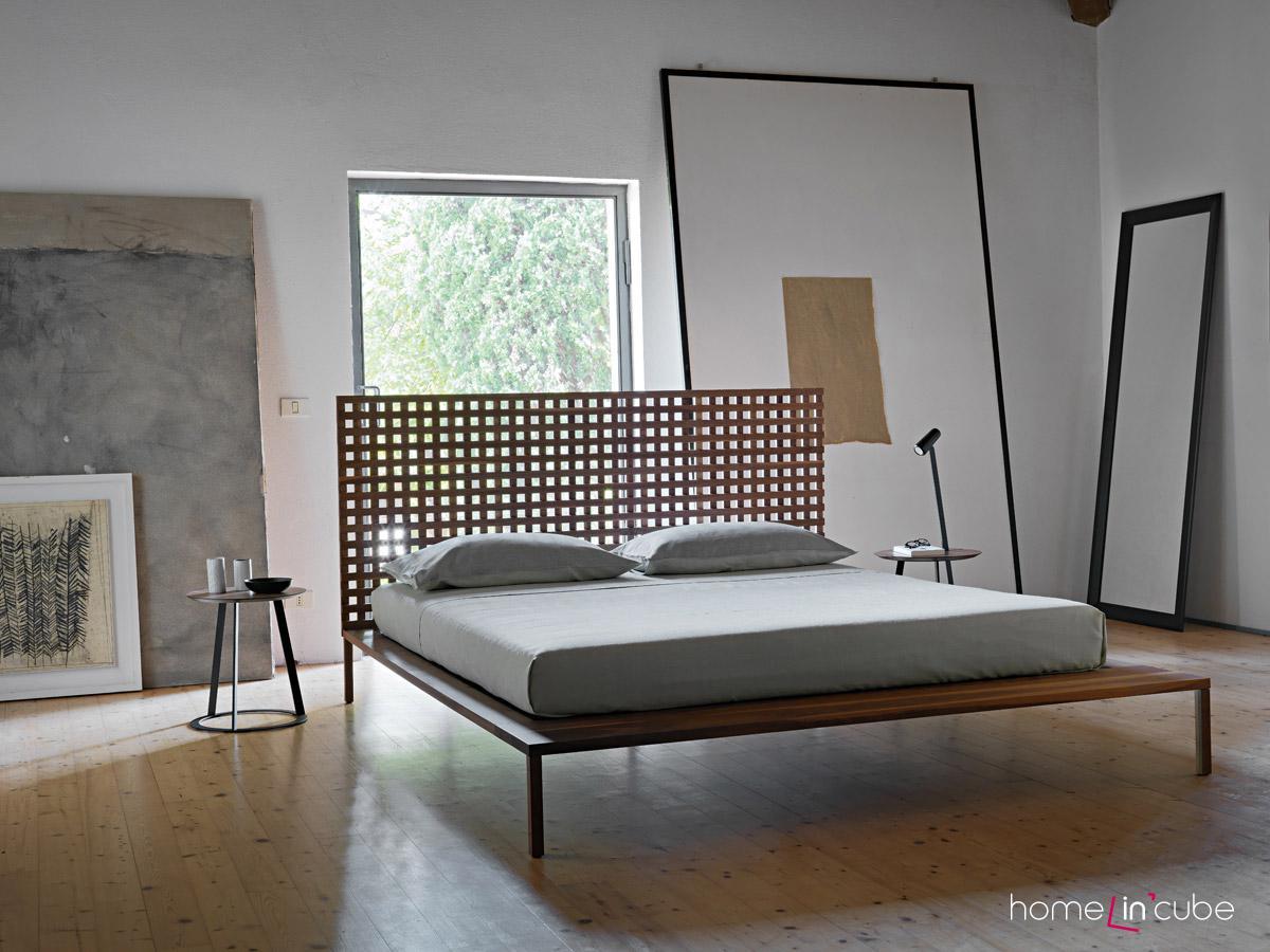Postel Twina, design Matteo Thun a Antonio Rodriguez, subtilní dřevěná konstrukce, zdobné dřevěné záhlaví. Horm.