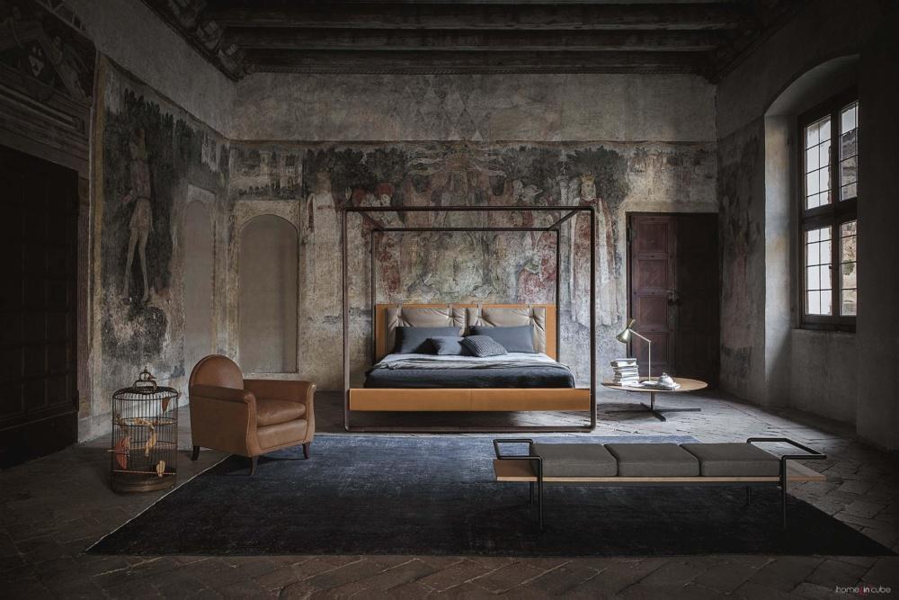 Moderní postel s nebesy Volare, dřevěná konstrukce, kožené čalounění. Poltrona Frau.