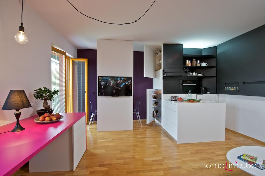 Lednice je integrována do vestavěného kuchyňského modulu.