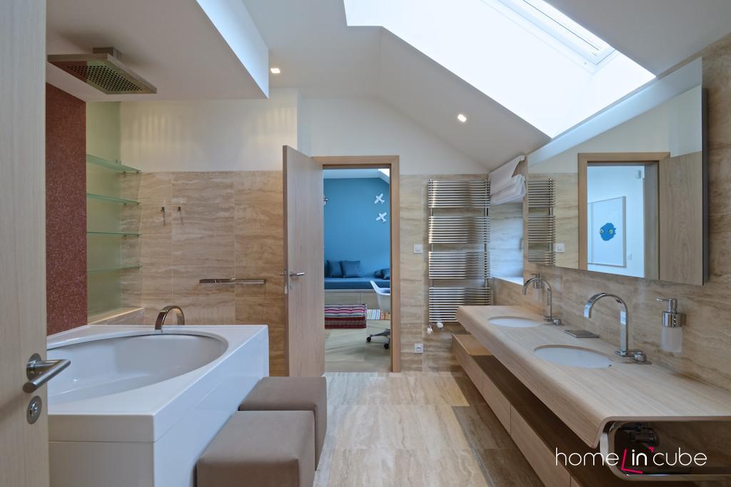 Dětská koupelna je přístupná z obou stran. Z chlapeckého i dívčího pokoje.